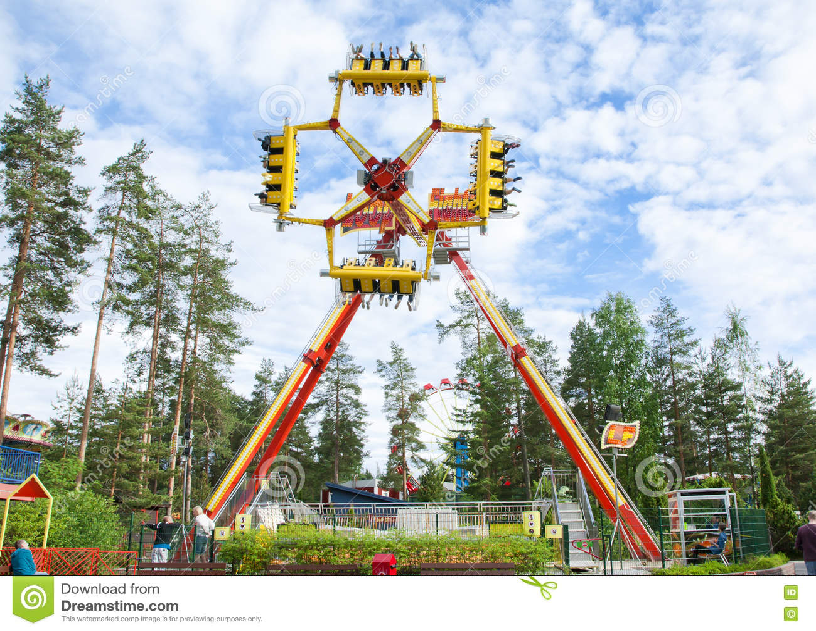 Kouvola Finland 7 Juni 2016 - rida öglaskämpen i rörelse i nöjesfältet Tykkimaki