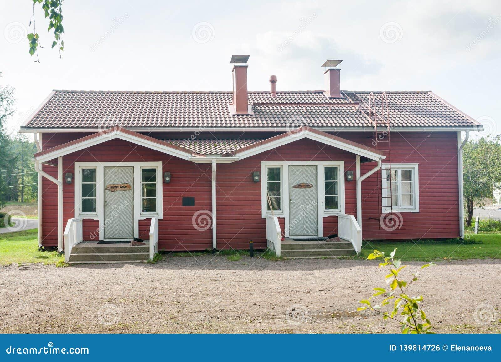 KOUVOLA FINLAND - SEPTEMBER 20, 2018: Härligt rött gammalt trähus på territoriet av det Anjala säterit