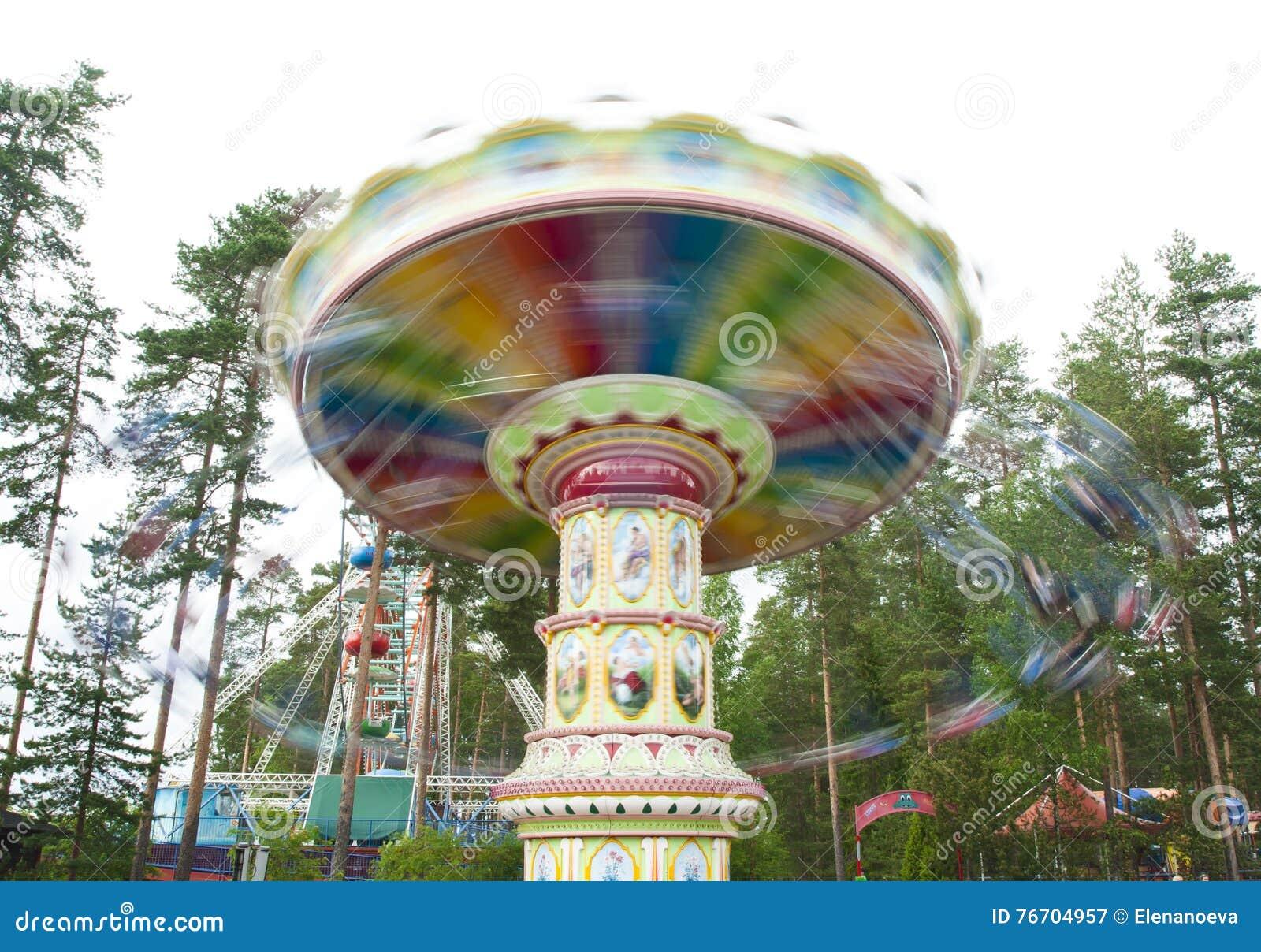 Kouvola, Finlandia 7 de junho de 2016 - monte o carrossel do balanço no movimento no parque de diversões Tykkimaki