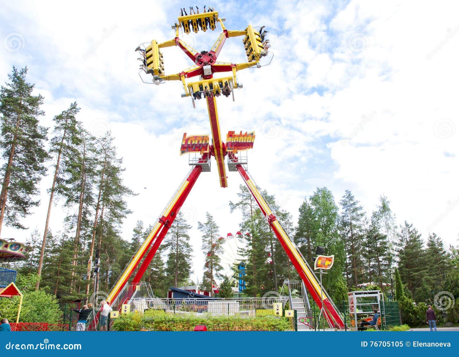 Kouvola, Finlandia 7 de junho de 2016 - monte o lutador do laço no movimento no parque de diversões Tykkimaki