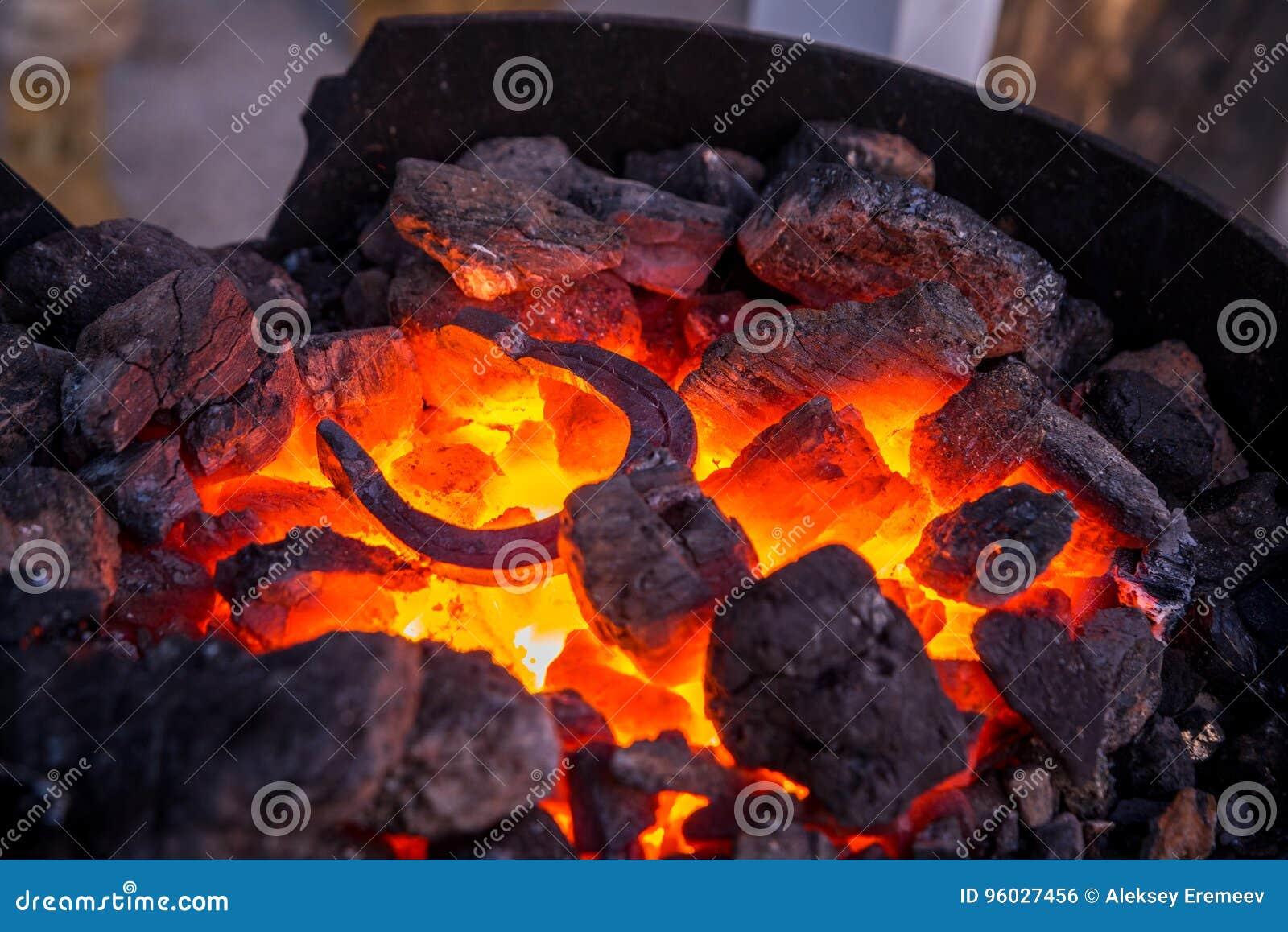 Kowal topi metalu produkt w bojlerze na ulicie r