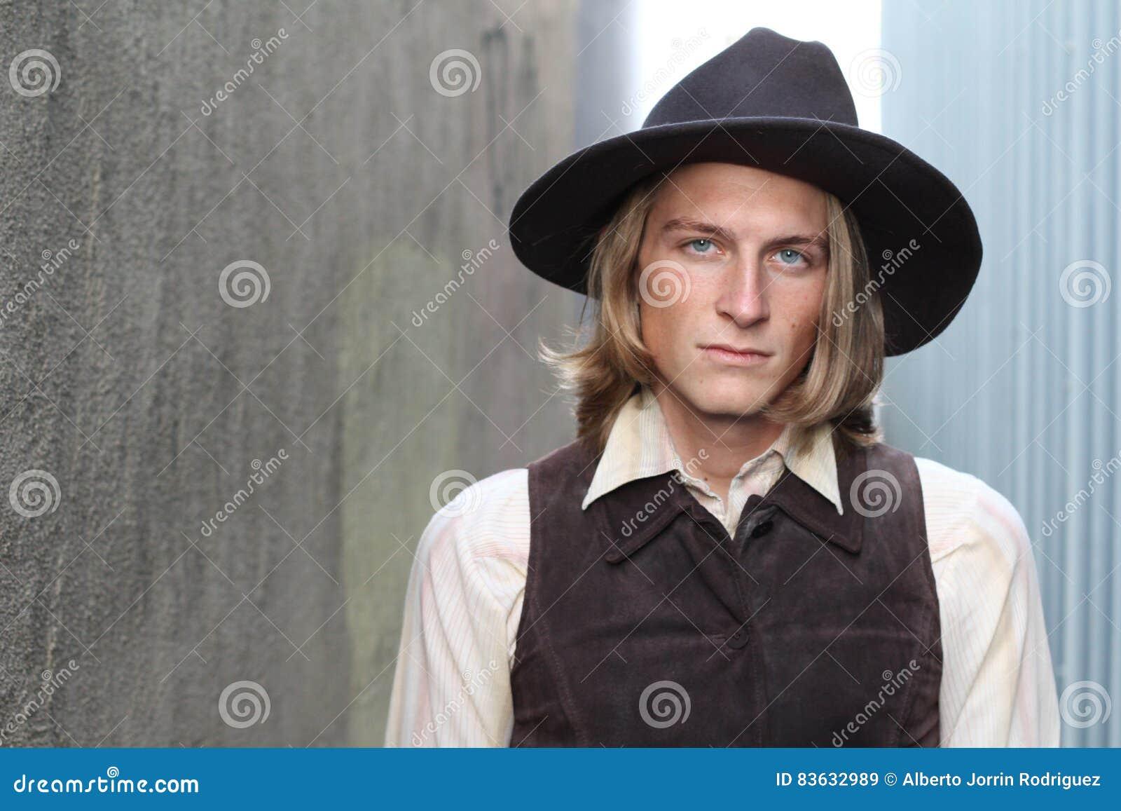 Kowboj z kapeluszowy patrzeć srogo przy kamerą z kopii przestrzenią