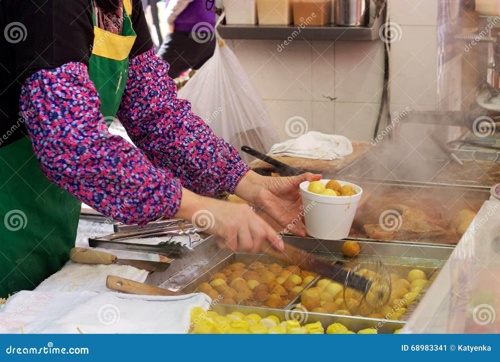 Kowloon, porción del vendedor de comida de la calle de Hong Kong frió las bolas de pescados