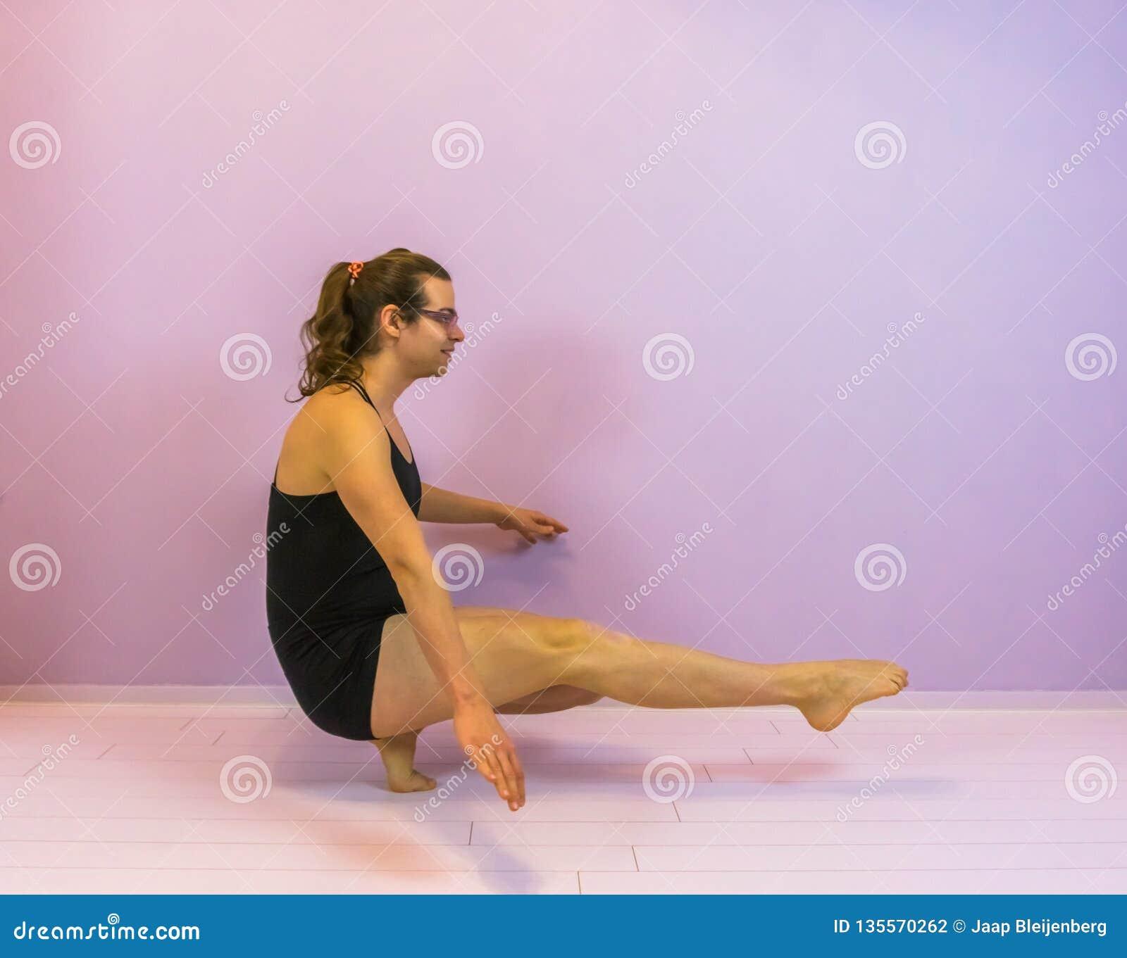 Kozaczek równowaga z śpiczastymi ciekami, młoda transgender dziewczyna wykonuje krócicy kucnięcie, LGBT w dancingowym sporcie
