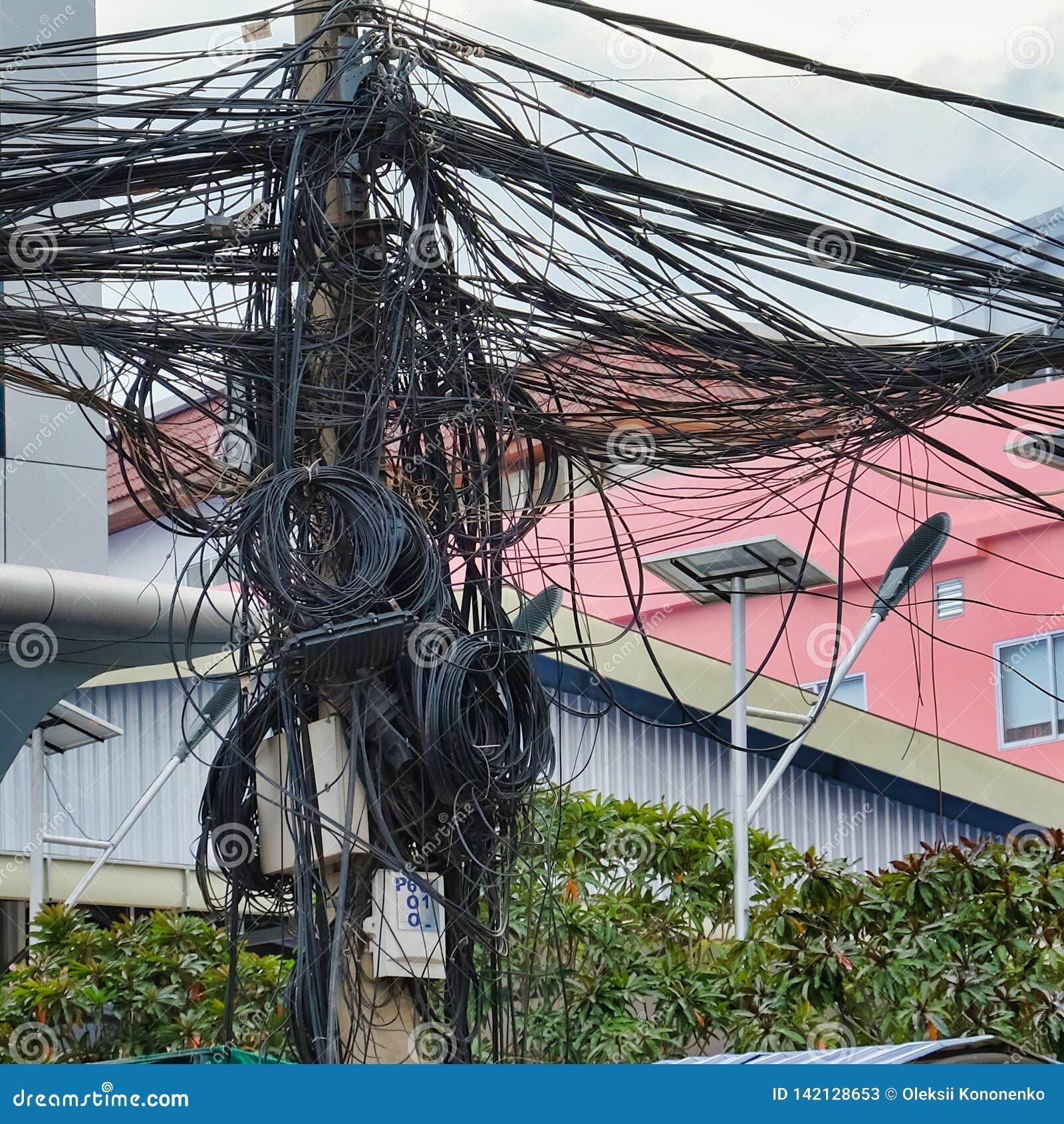 Kręceni druty linie energetyczne, chaos miastowe komunikacje, kablowy plik
