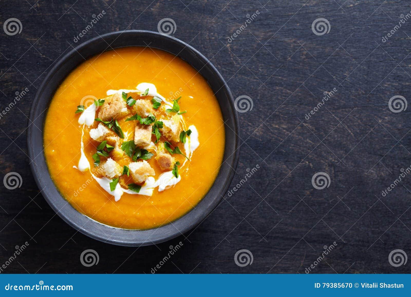 Kräm- pumpasoppa för grönsak med moroten och smällare Bästa sikt på en mörk idérik bakgrund banta sunt mål