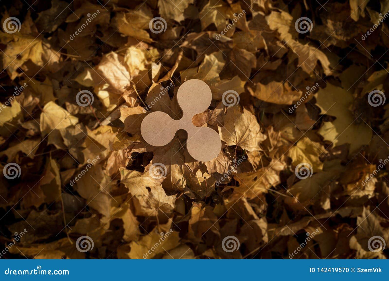 Kräuselungs-Währungszeichen auf Autumn Leaves