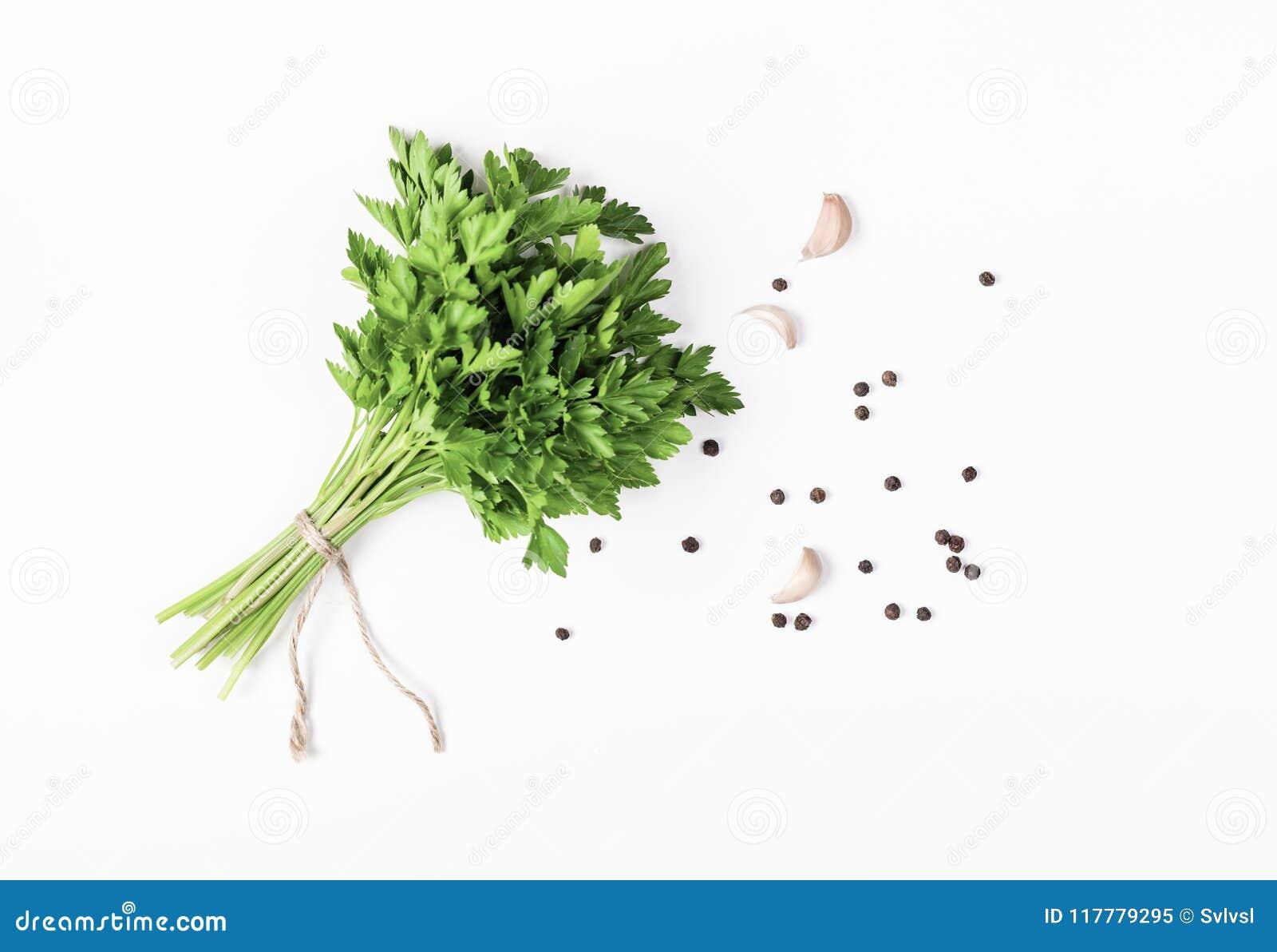 Kräuter und Gewürze lokalisiert auf weißem Hintergrund Petersilie, Knoblauch und Pfeffer Bestandteile für das Kochen Flache Lage