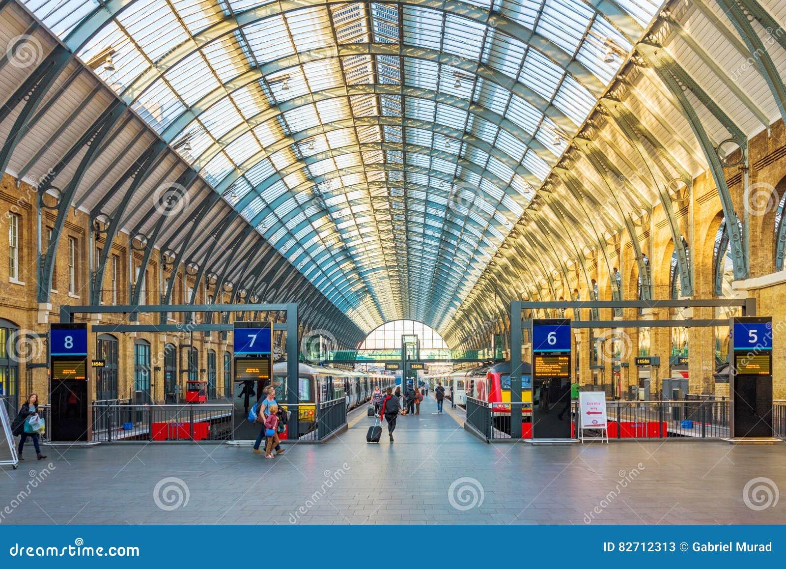 Królewiątka Krzyżują St Pancras stację kolejową