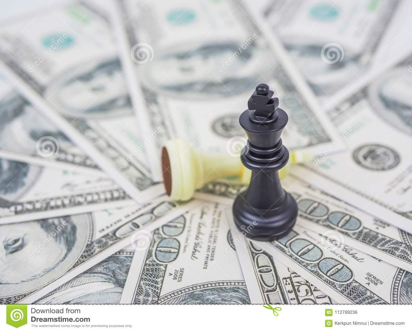 Królewiątko szachy na dolarowym tle,
