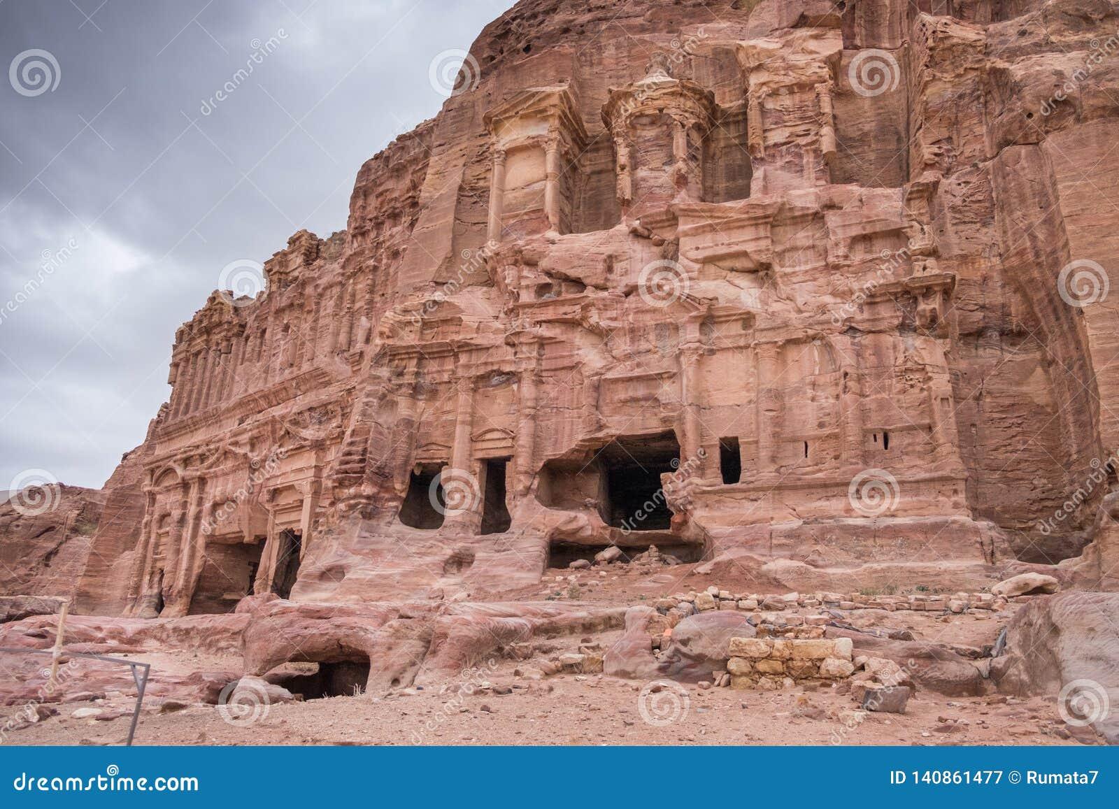 Królewscy grobowowie w Petra archeologicznym parku przy zimnym zima dniem