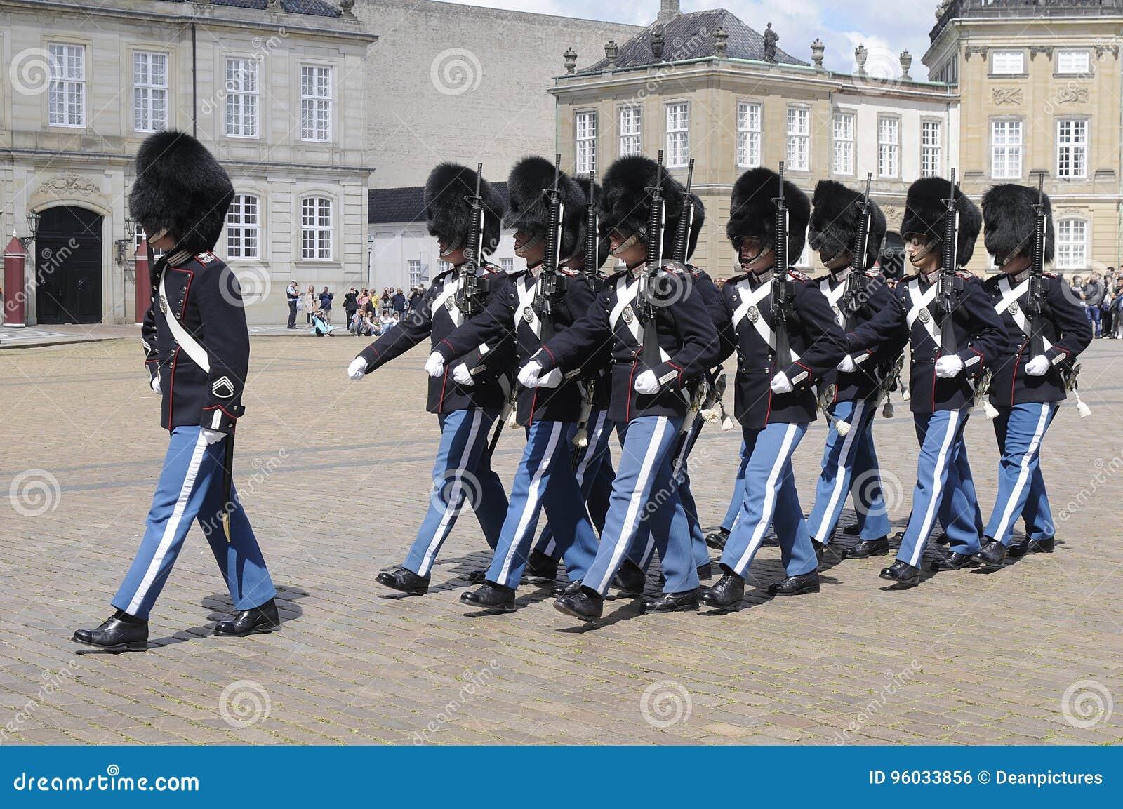 KRÓLEWSCY królowej ` S strażnicy ZMIENIAJĄ PRZY AMALIEMBORG pałac