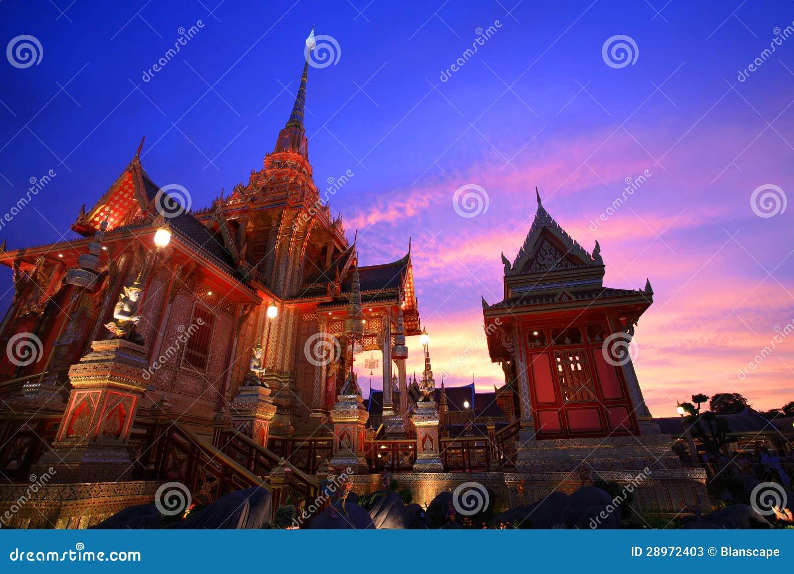 Królewski żałobny pyre przy zmierzchem w Bangkok