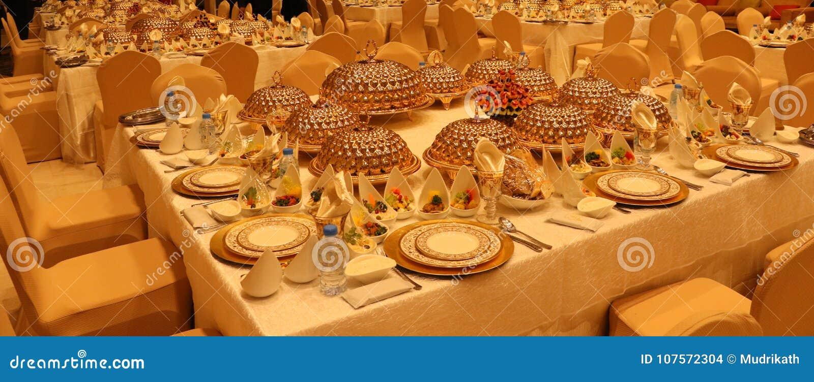 Królewski eleganci wesela stół z różnym cookery jedzenia przygotowania