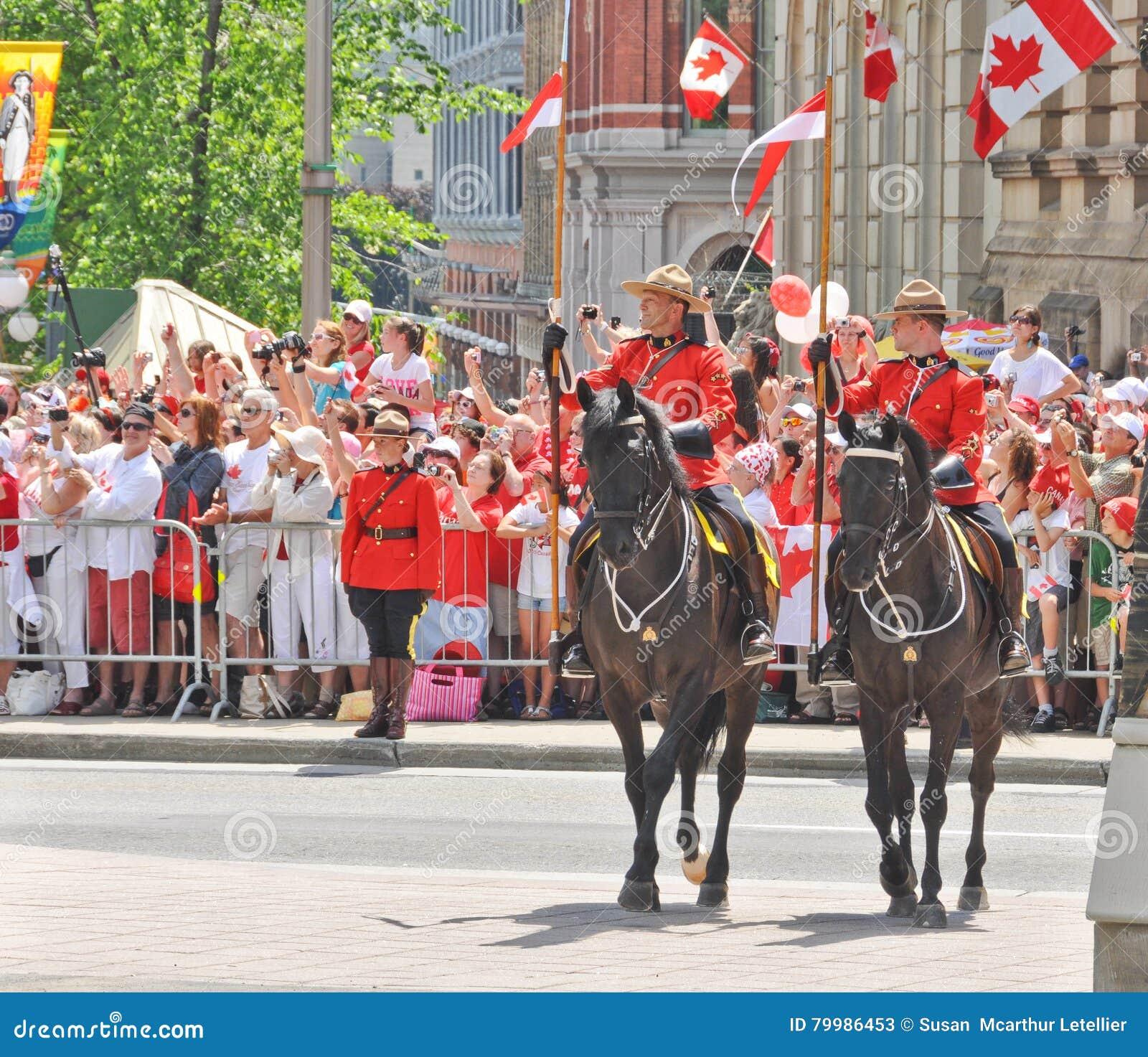 Królewski kanadyjczyk Wspinająca się policja w smokingowym mundurze