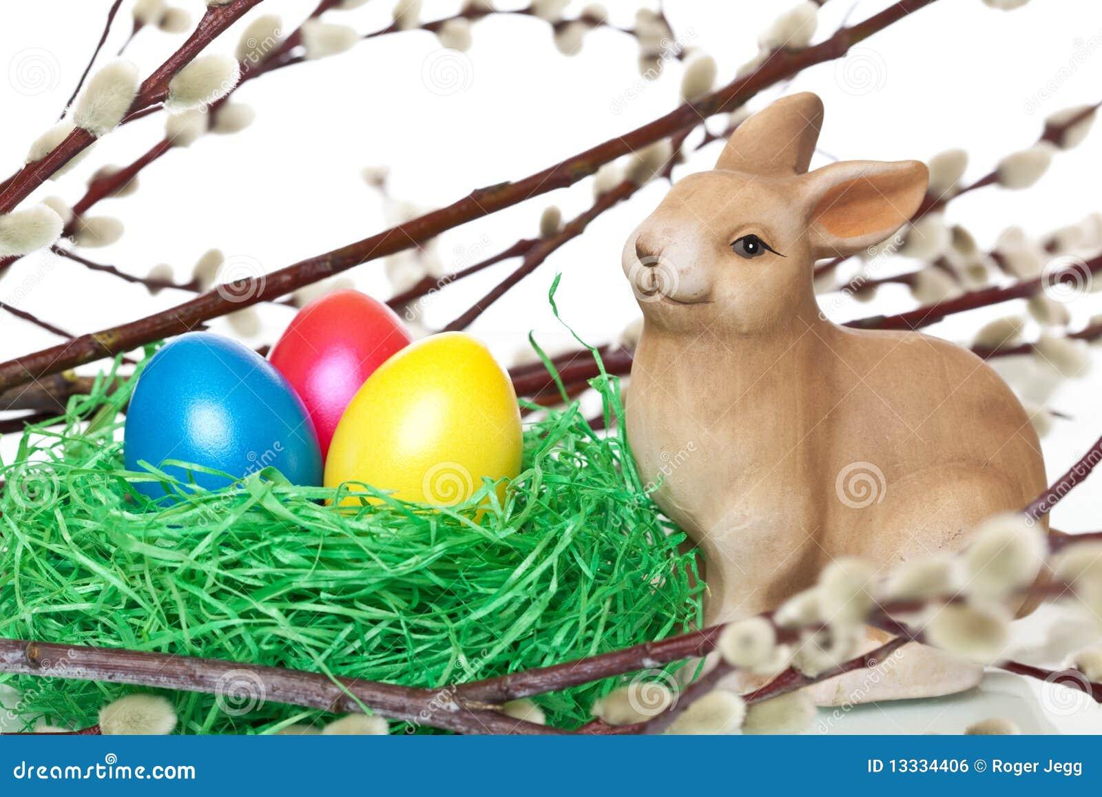 Królika śliczni Easter jajka blisko gniazdują