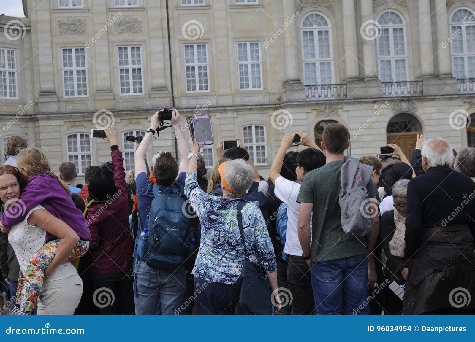KRÓLOWEJ ` S KRÓLEWSCY strażnicy ZMIENIAJĄ PRZY AMALIEMBORG pałac