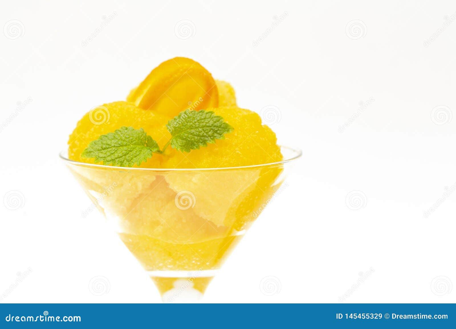 Kr?m- isorange Orange sorbet f?r sommar med mintkaramellen och orange skivor