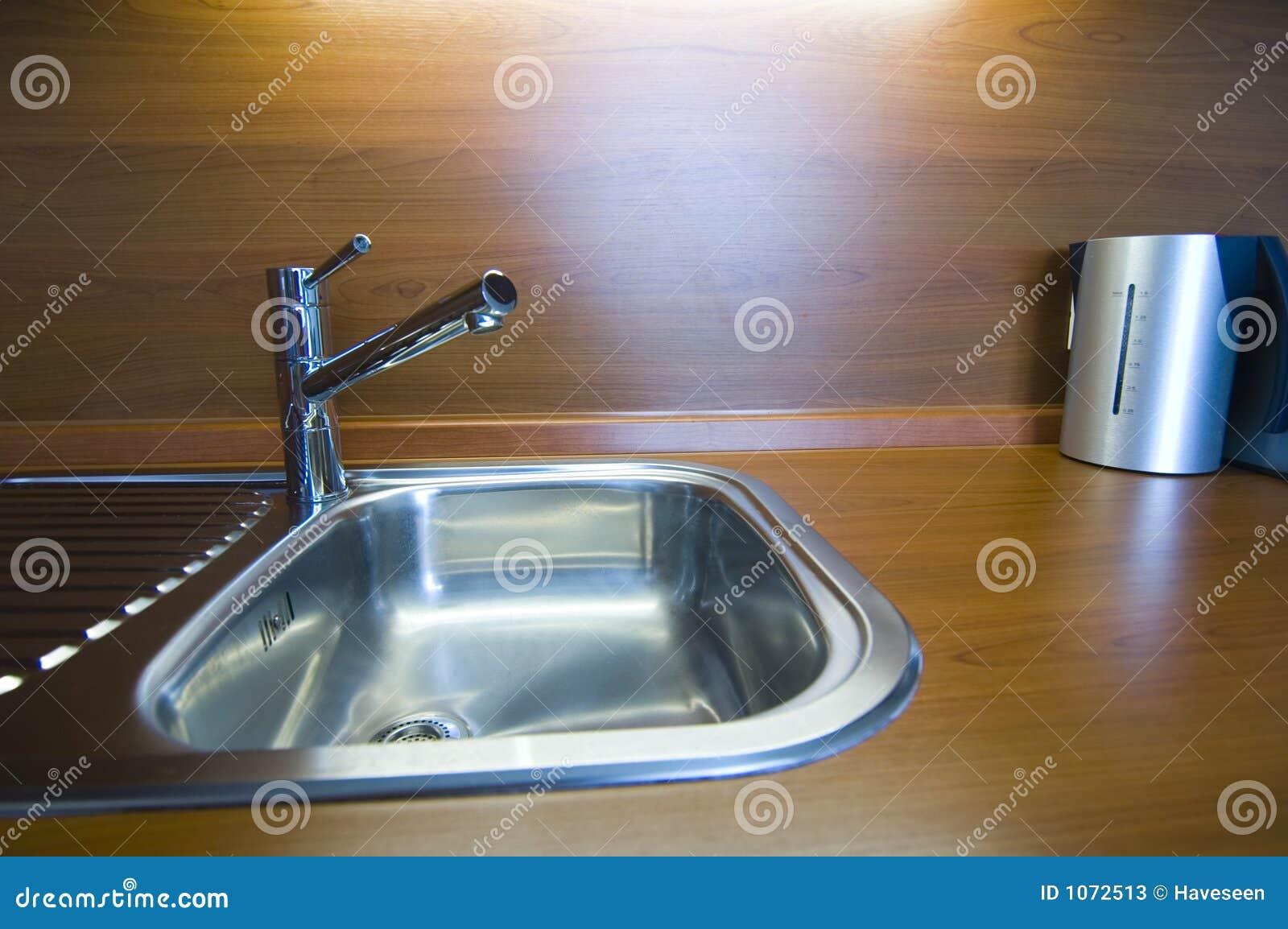 Kraan in keuken stock afbeelding afbeelding bestaande uit elegant