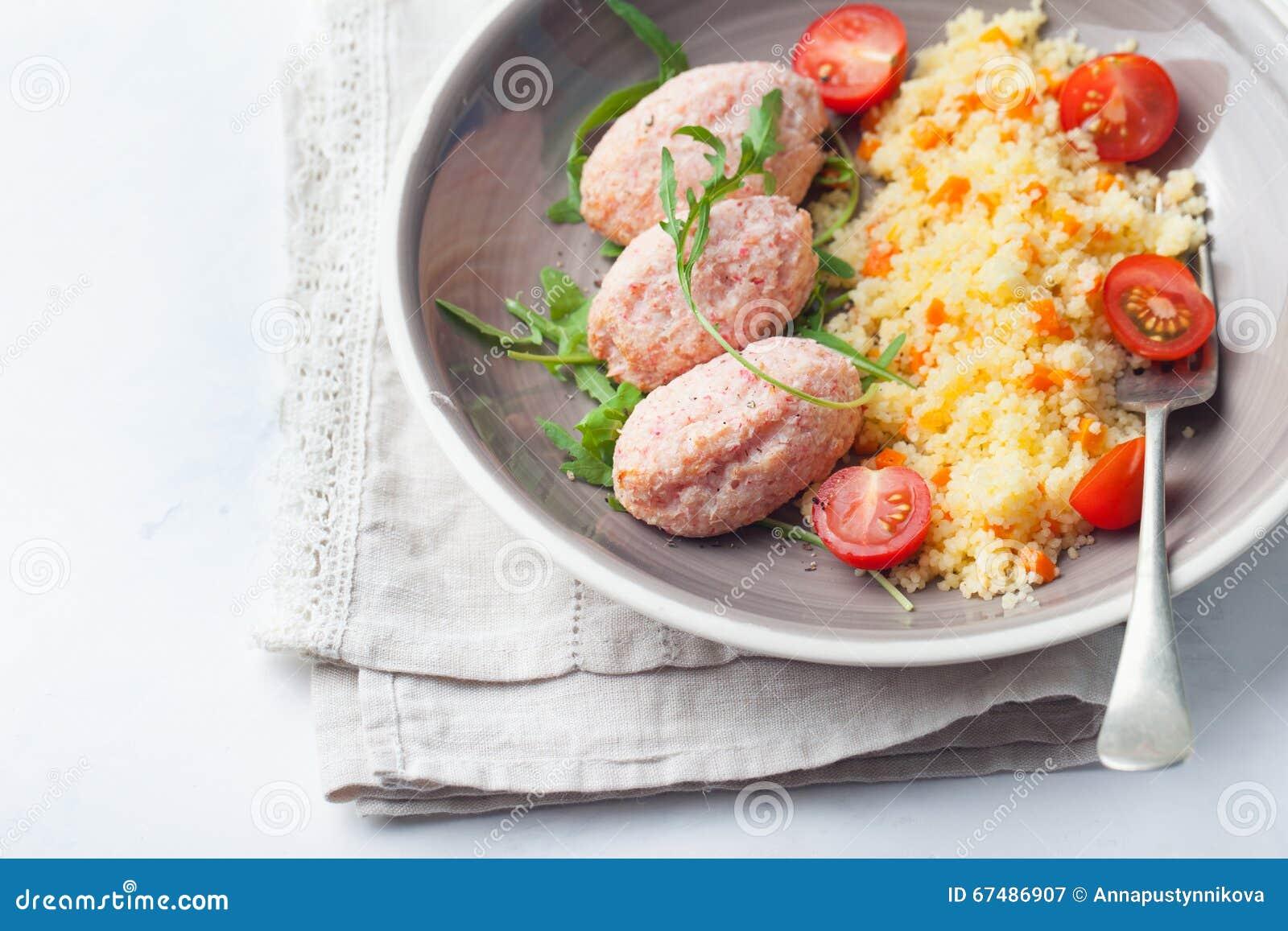 Krabban och räkan, fisk ångade köttbullar, små pastejer med couscous på bästa sikt för vit bakgrund