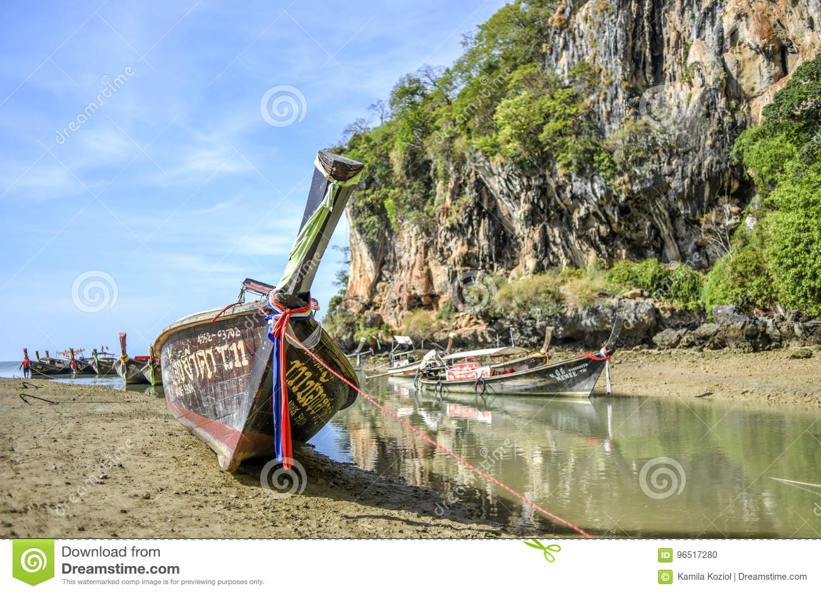 Krabi,泰国, 2016年3月13日:站立在的长尾巴小船