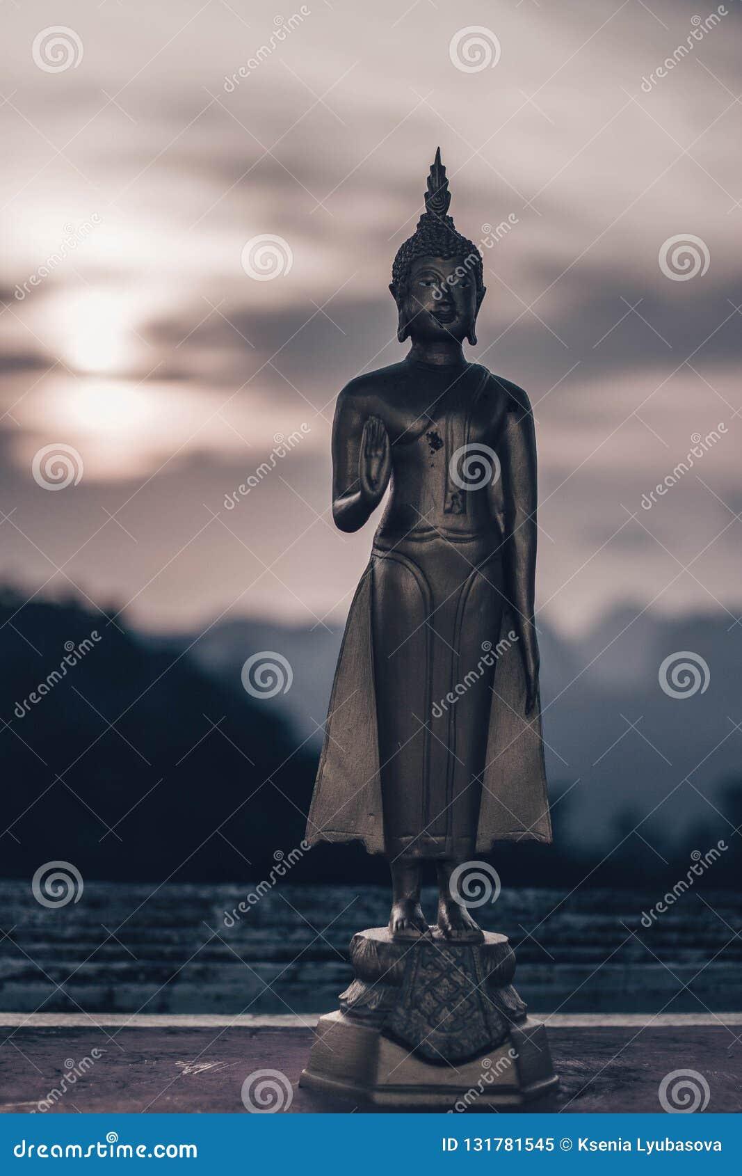 KRABI, TAILANDIA - 2 DE ABRIL DE 2018 Buda en el punto de vista de Tiger Cave