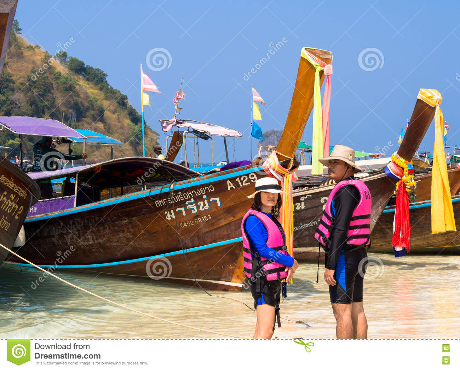 KRABI, THAILAND - 24. April 2016: Tourist, Der Auf Die Tragenden ...