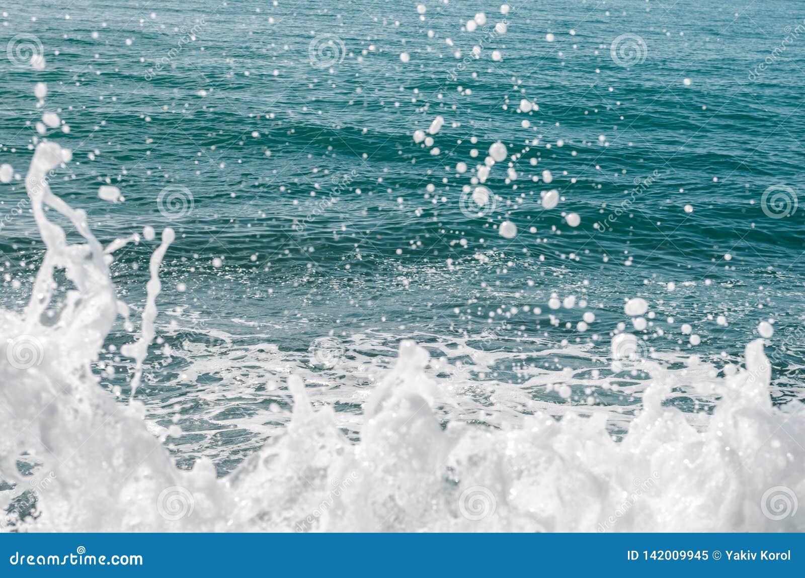 Krachtige golven die van het overzees die, tegen de rotsachtige kust breken schuimen geweven overzees Athene, Griekenland