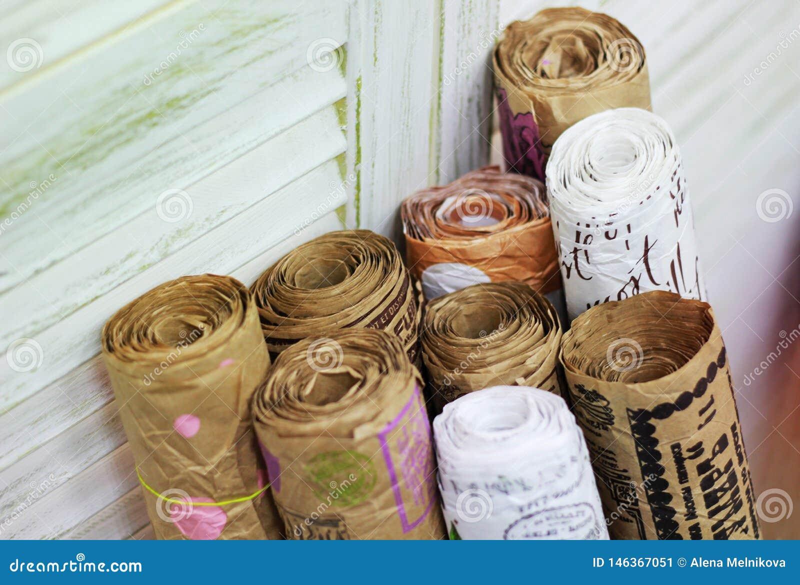 Kraft pappers- rullar med tappningpåsen för gåvainpackning