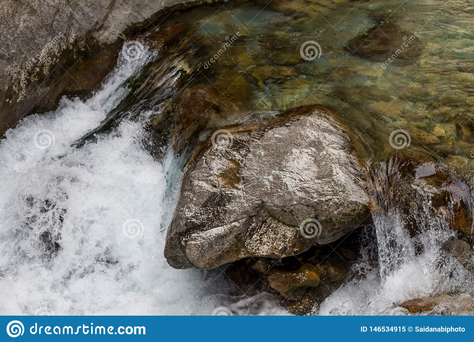 Kraftig vattenström i bergfloden