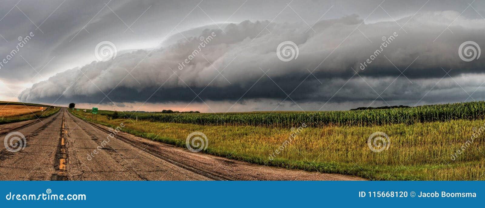Kraftiga och härliga stormmoln på solnedgången förutom Sioux Falls, South Dakota under sommar