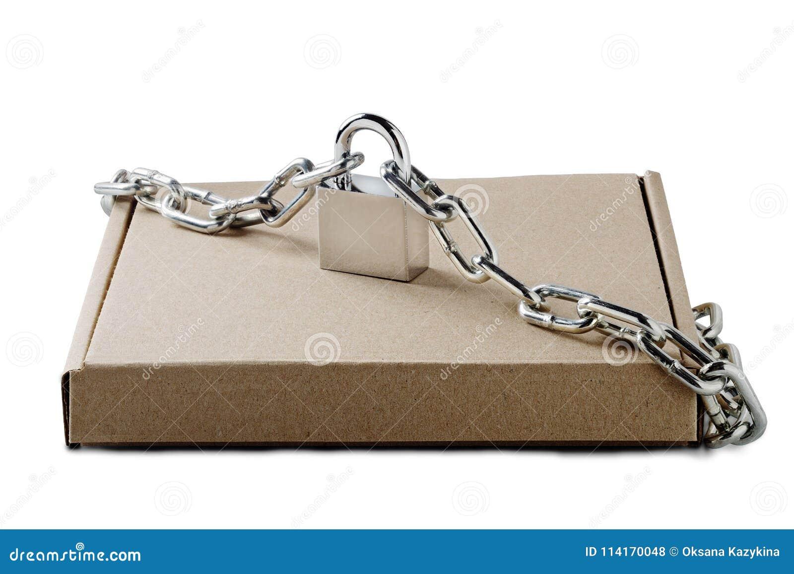 Kraftpapier-de dozen van de kartonlevering en hangslot, kettingen op geïsoleerde witte achtergrond Patroon voor levering, de post