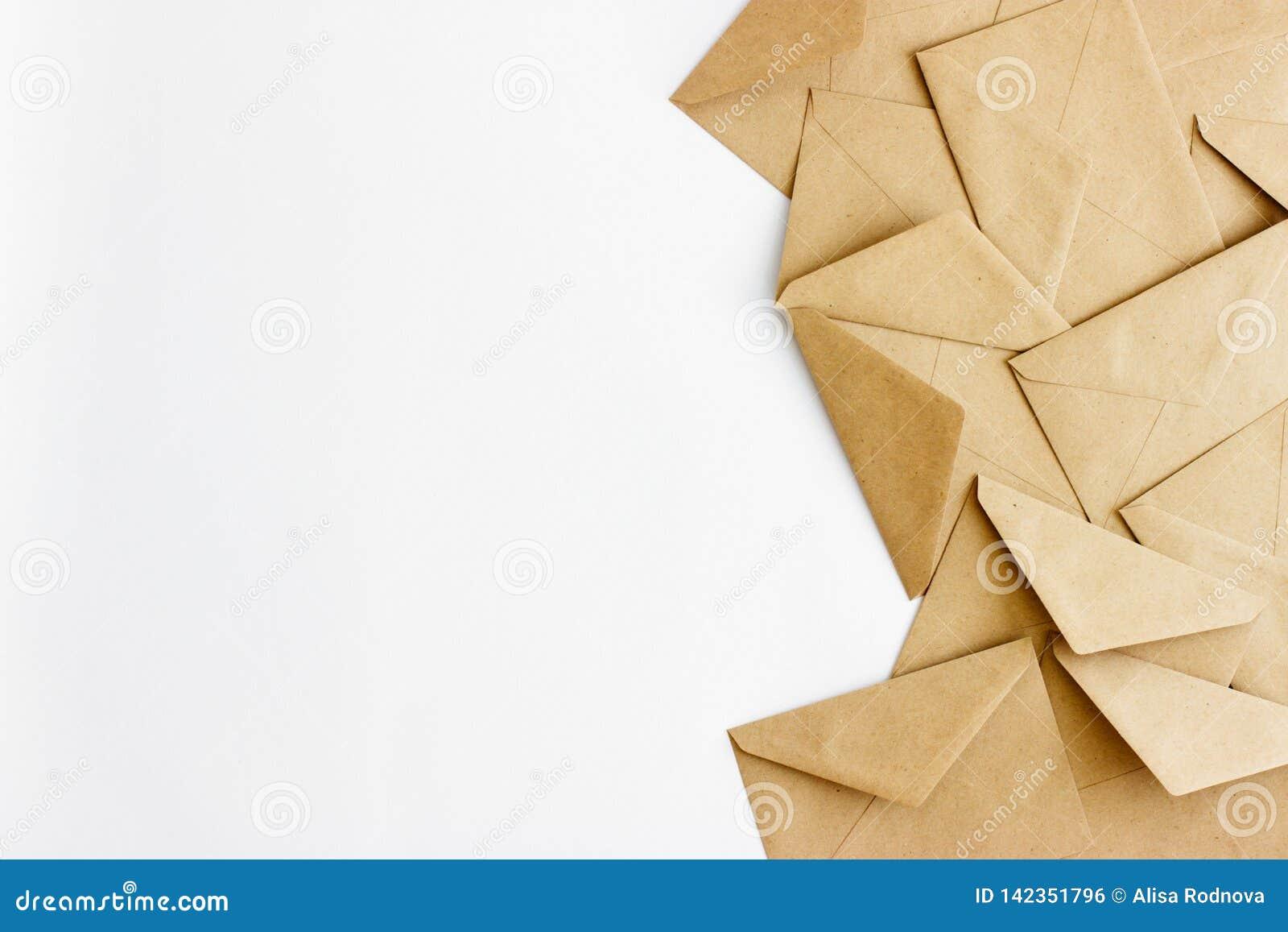 Kraftpapier-enveloppen op een witte achtergrond met ruimte voor tekst of ontwerp