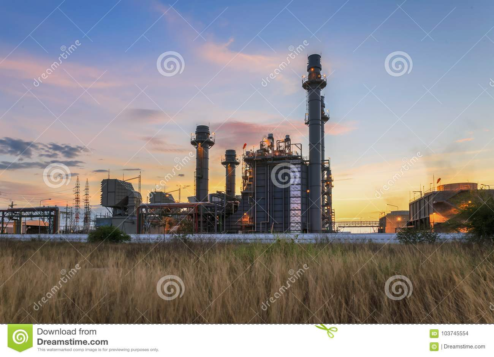 Kraftwerk der Gasturbine-elektrischen Leistung an der Dämmerung mit blauem Himmel