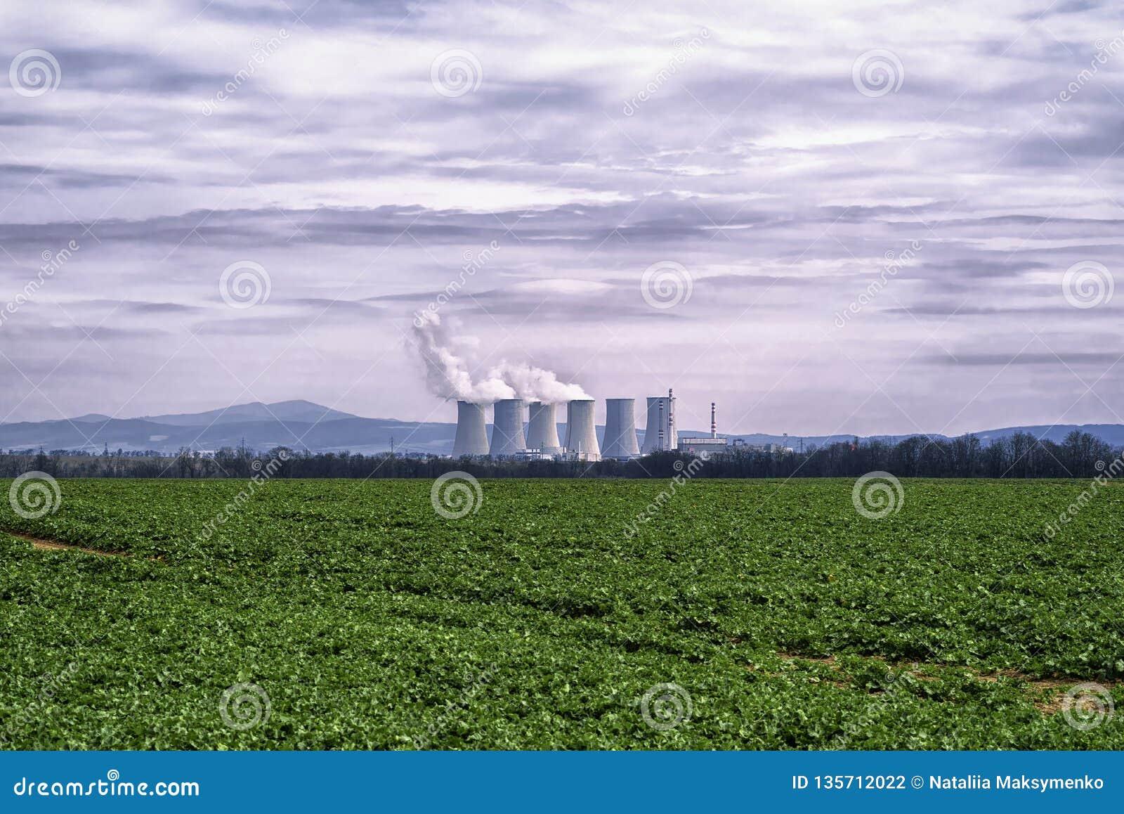 Kraftwerk, Kohle feuerte Kraftwerk mit den Kühltürmen ab, die Dampf in Atmosphäre freigeben Kraftwerk gegen den bewölkten Himmel