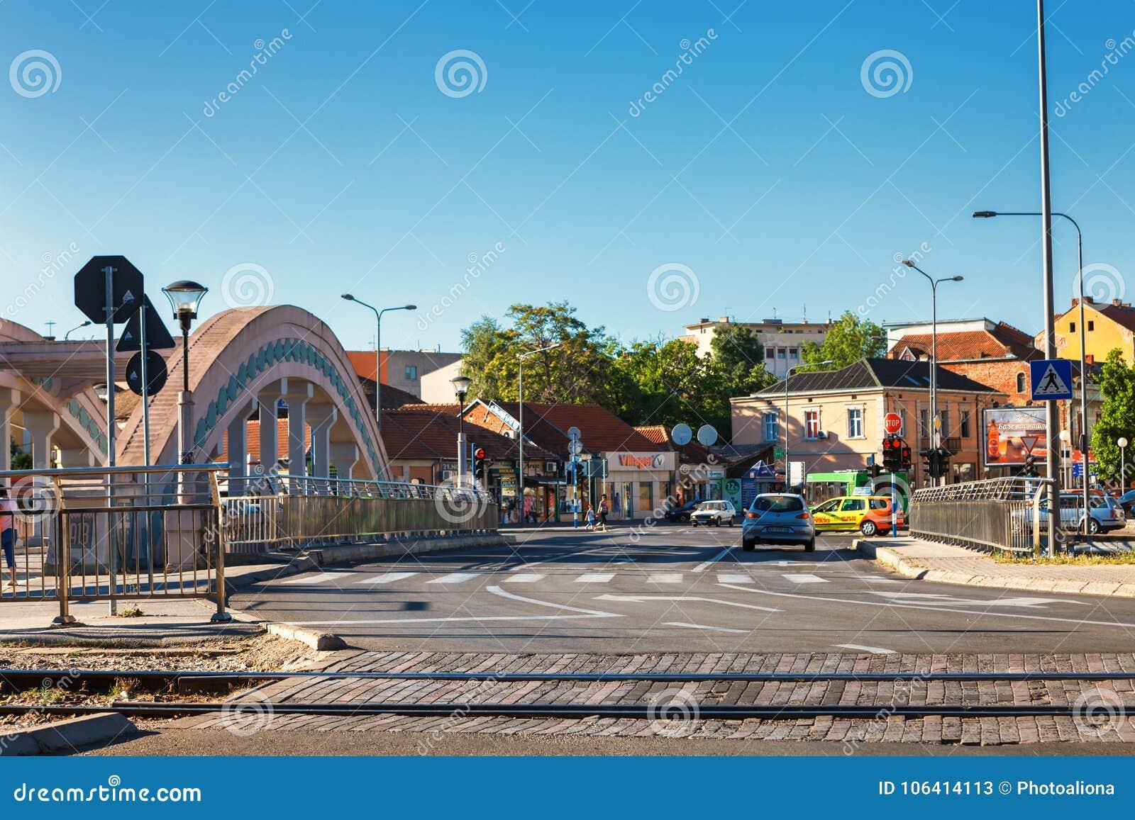 Kragujevac Serbia, Lipiec, - 18, 2016: stara fabryka w Kragujevac, Serbia Cudowny budynek i most Knez książe Mihailova