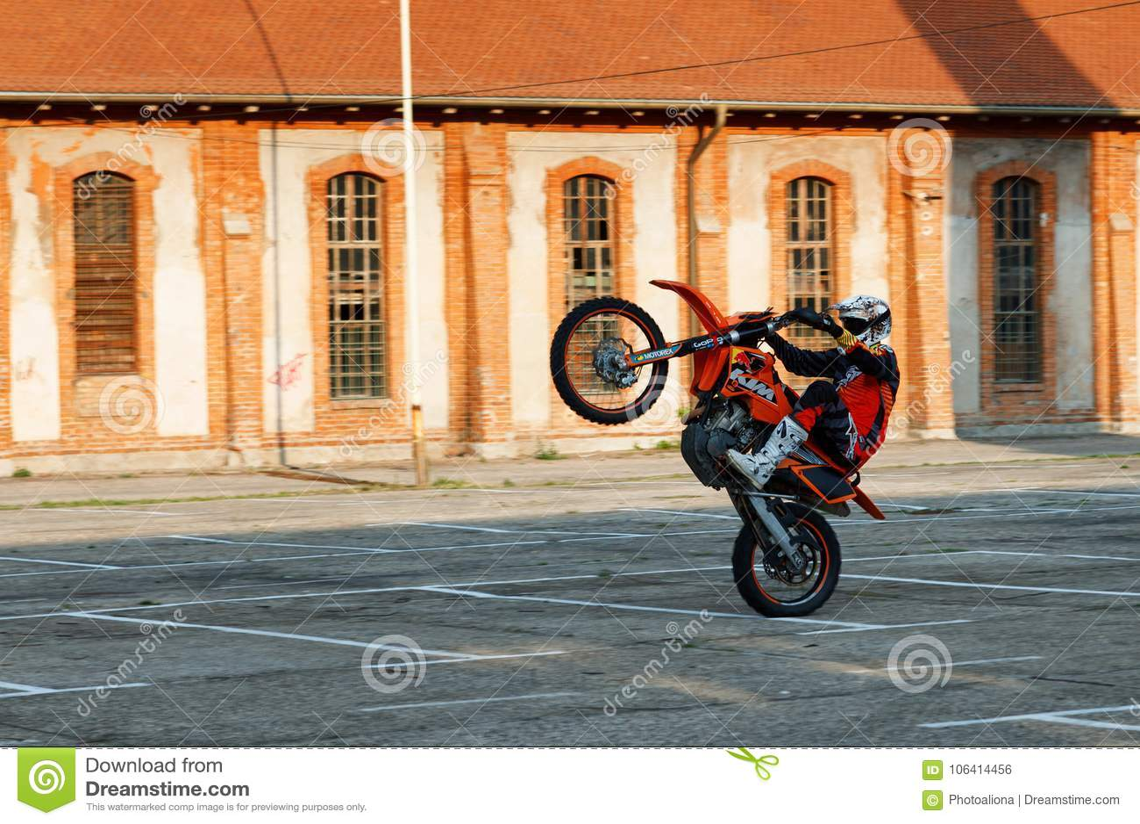 Kragujevac Serbia, Lipiec, - 18, 2016: Willy motocyklu wyczyn kaskaderski Krańcowy rowerzysta przejażdżki motocycle na jeden tocz