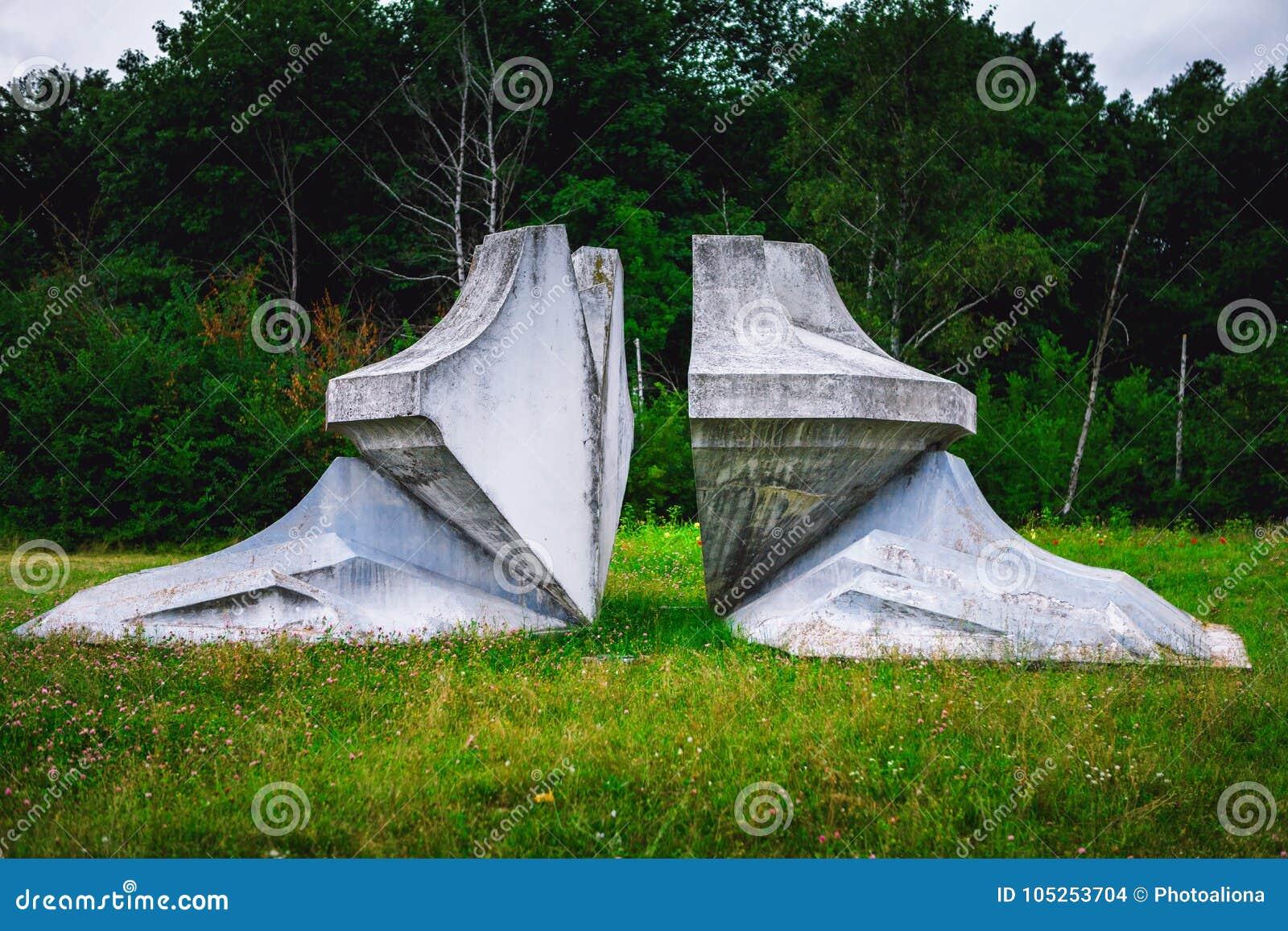 Kragujevac Serbien - 17 Juli, 2016: Chrystal blommamonument i Sumarice Memorial Park nära Kragujevac i Serbien