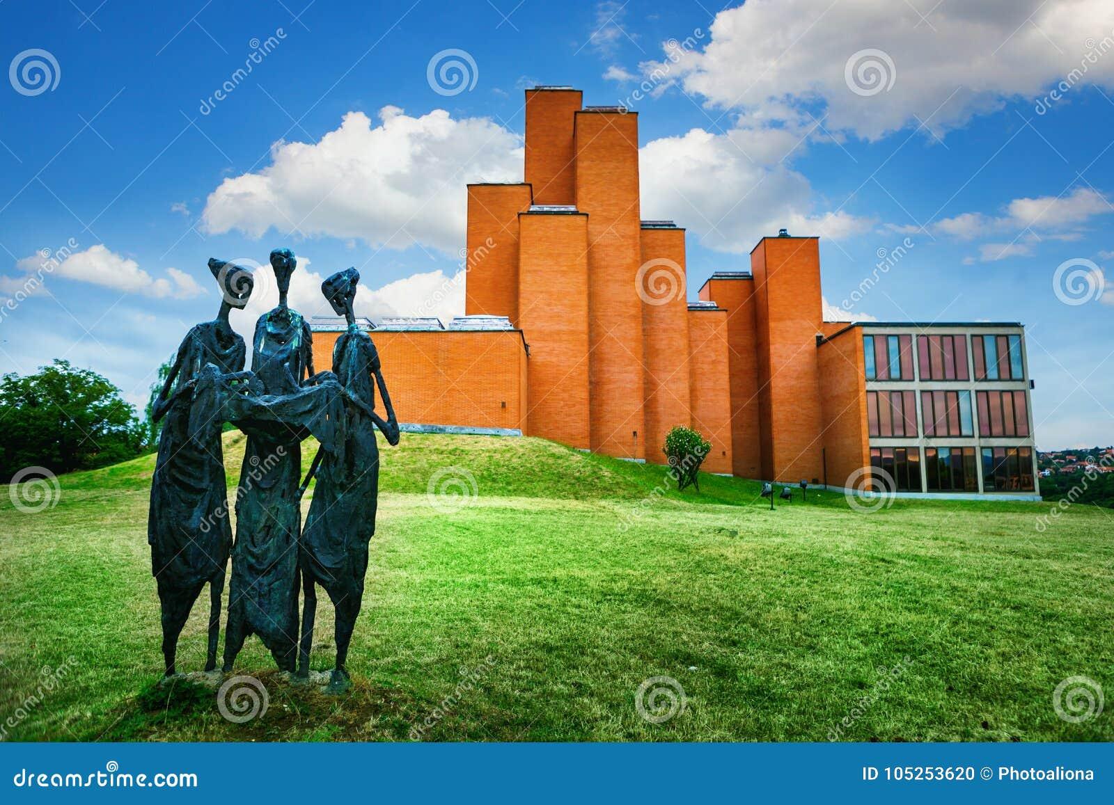 Kragujevac Serbien - 17 Juli, 2016: Skulpturen ödekassörerna framme av det minnes- museet och parkerar 21 Oktober i Kragu
