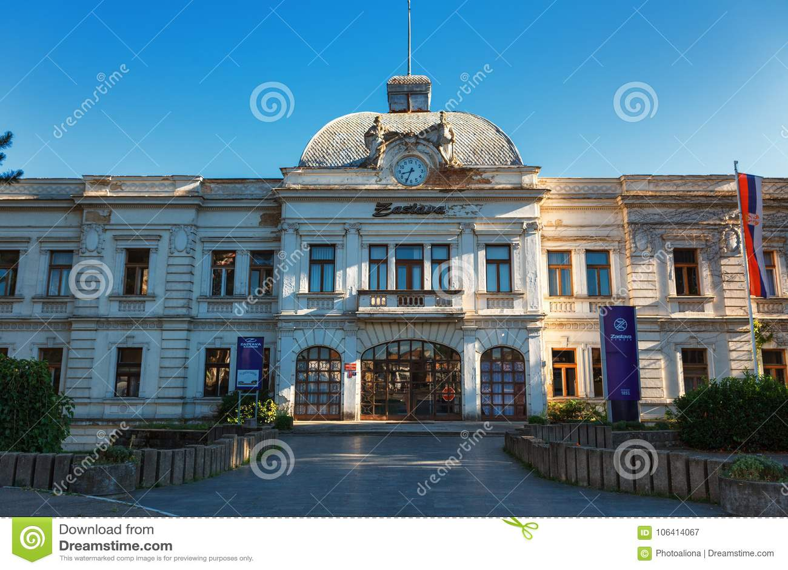 Kragujevac Serbien - Juli 18, 2016: Stara Livnica område, Zastava gammal övergiven Zastava fabrik i Kragujevac, Serbien underbart