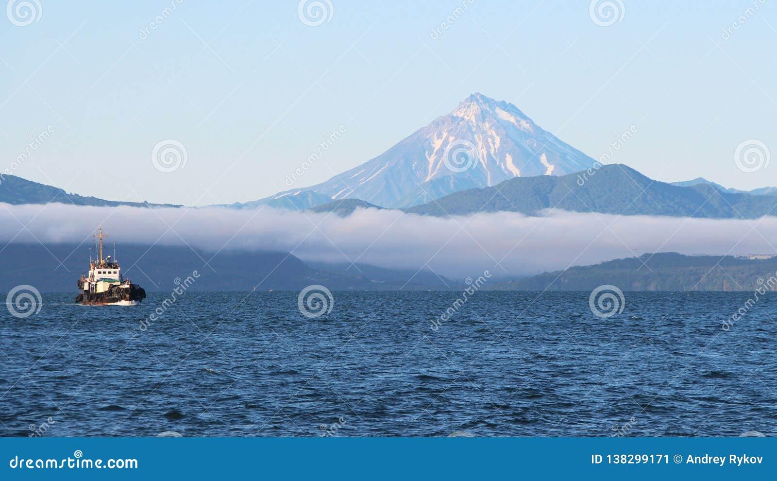 Krai de la Russie, le Kamtchatka - 31 août 2018 : La vue du volcan de Vilyuchinsky a également appelé Vilyuchik de bateau de tour