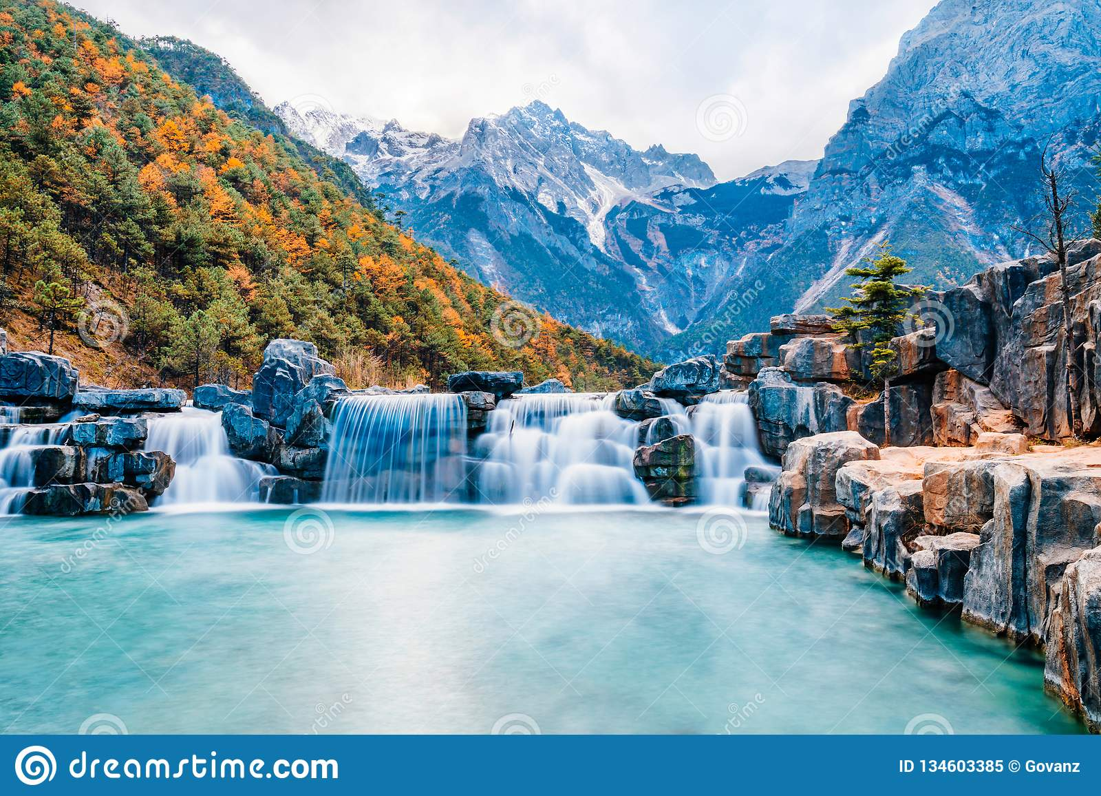 Krajobraz Błękitnej księżyc dolina w chabeta smoka Śnieżnej górze, Lijiang, Yunnan, Chiny