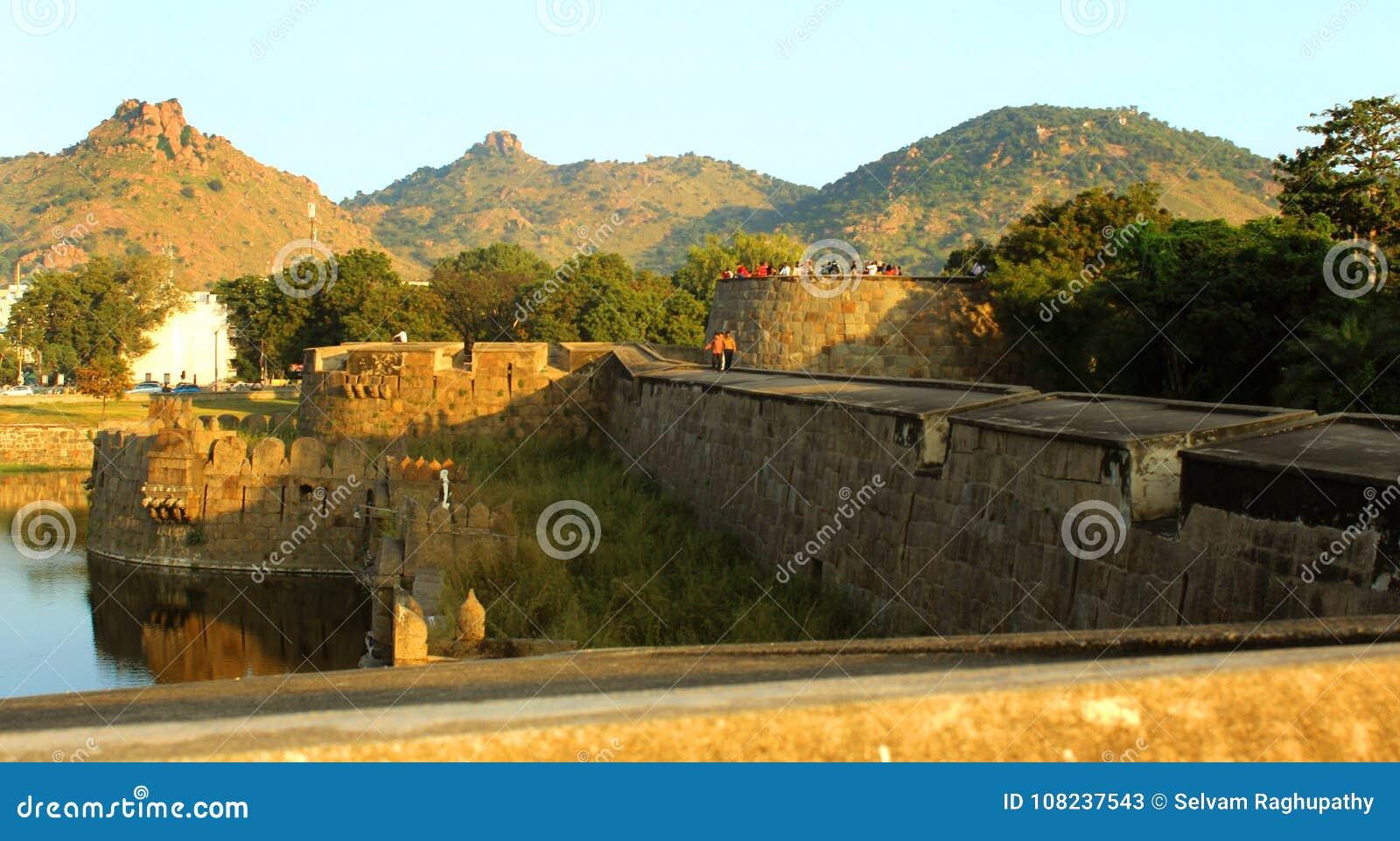Krajobraz fortu battlement duża ampuły ściana przy vellore fortem z zmierzchem i