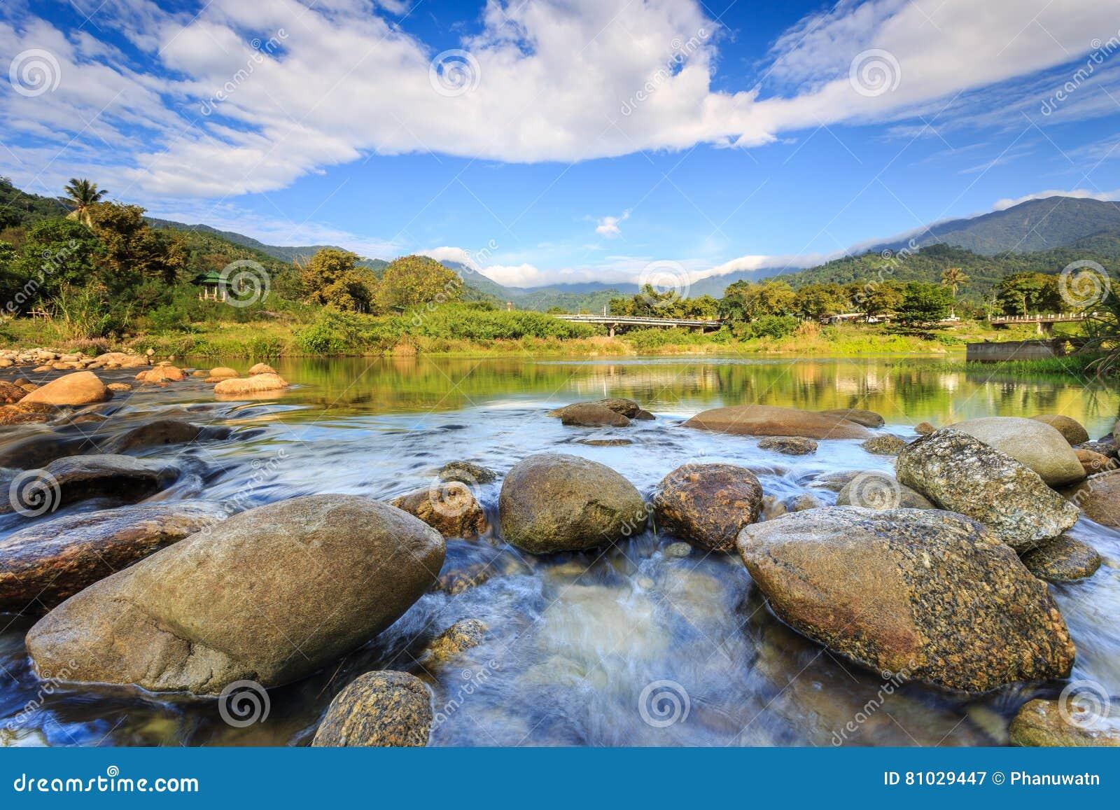 Krajobraz mała rzeka i piękny niebo w Kiriwong wiosce,