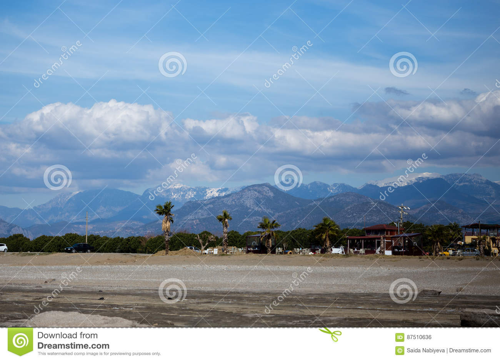 Krajobraz mały śródziemnomorski grodzki Gazipasha z plażowymi palmami