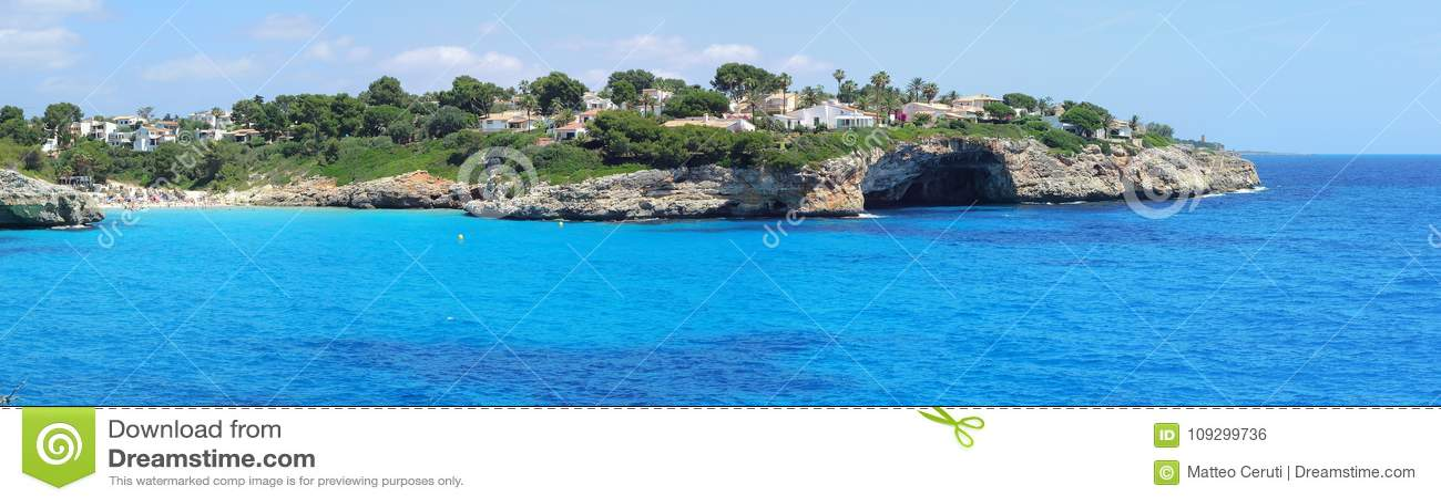 Krajobraz piękna zatoka Cala Anguila z cudownym turkusowym morzem, Porto Cristo, Majorca, Hiszpania