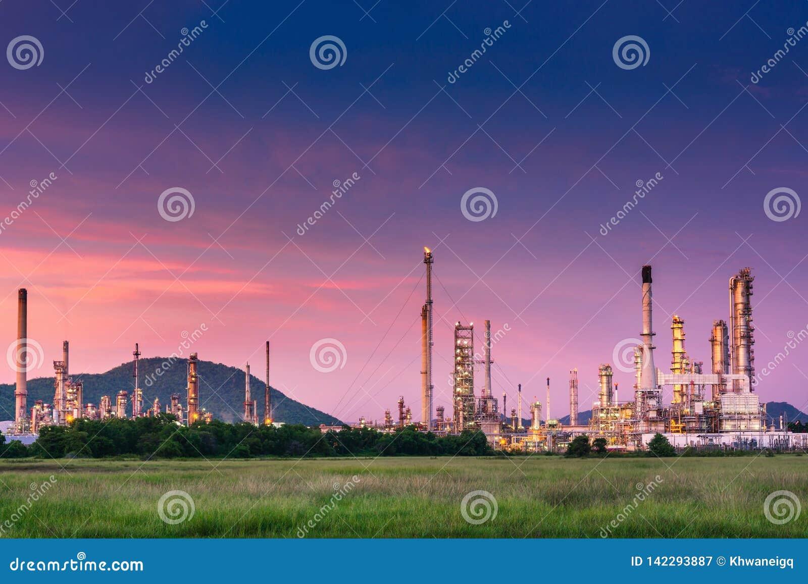 Krajobraz ropa i gaz rafinerii zakład produkcyjny , produkt naftowy lub chemiczni podestylacyjnego procesu budynki , fabryka