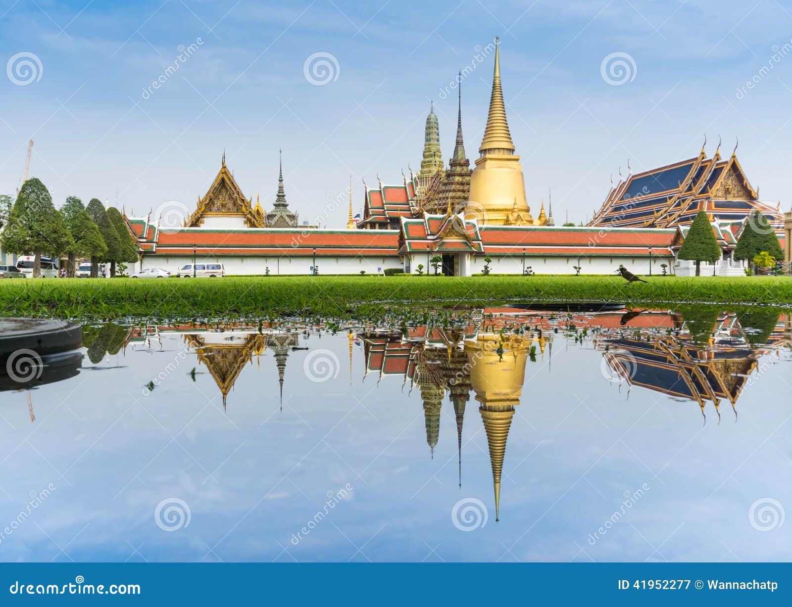 Krajobraz Szmaragdowy Buddha wody i świątyni odbicie na trawy polu