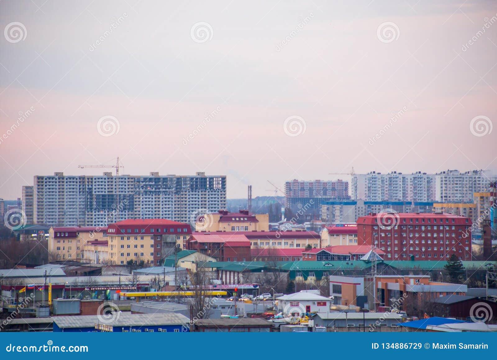 Krajobraz wieczór miasto z wieżowami w budowie, fabrykami i drymbami, z czego tam jest dymny