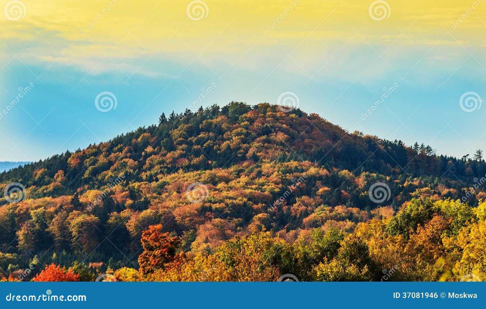 Download Krajobraz Z Górą W Jesień Kolorach Zdjęcie Stock - Obraz złożonej z jesienny, jaskrawy: 37081946